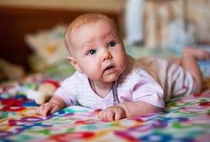 Ένα μικρό κοριτσάκι που παίζει σε ένα κάλυμμα στοκ εικόνες