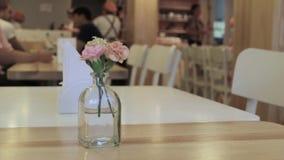Ένα μικρό λουλούδι σε έναν πίνακα εστιατορίων απόθεμα βίντεο