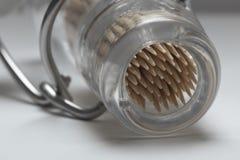 Ένα μικρό μπουκάλι glas αναβολεύων ΚΑΠ που γεμίζουν με τα ξύλινα ραβδιά στοκ εικόνα