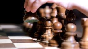 Ένα μικρό παιδί κινεί τα κομμάτια σκακιού σε σε αργή κίνηση Λίγο παιδί με το σκάκι απόθεμα βίντεο