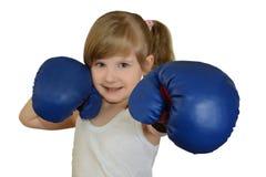 Ένα μικρό παιδί κοριτσιών, παιδί στα εγκιβωτίζοντας γάντια Στοκ Φωτογραφία