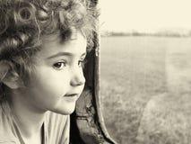 Ένα μικρό παιδί που φαίνεται έξω ένα παράθυρο Στοκ φωτογραφίες με δικαίωμα ελεύθερης χρήσης