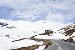 Ένα μικρό σπίτι στα βουνά στη Νορβηγία στοκ εικόνα