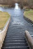 Ένα μικρό φράγμα σε έναν μικρό ποταμό Φράγμα νερού στην κεντρική Ευρώπη στοκ εικόνα με δικαίωμα ελεύθερης χρήσης