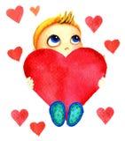 Ένα μικρό χαριτωμένο χαμογελώντας αγόρι που κρατά μια μεγάλη κόκκινη καρδιά στα χέρια του Μωρό φιλανθρωπίας Το παιδί ονειρεύεται  Στοκ εικόνα με δικαίωμα ελεύθερης χρήσης