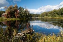 Ένα μικρό χωριό και η λίμνη Στοκ εικόνα με δικαίωμα ελεύθερης χρήσης