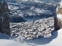 Ένα μικρό χωριό που καλύπτεται από το χιόνι στην κορυφή των λιβανέζικων βουνών στοκ φωτογραφίες