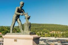 ένα μνημείο σε έναν σιδηρουργό στην πόλη Kongsberg στοκ φωτογραφίες