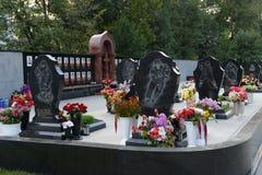 Ένα μνημείο στα μέλη της λέσχης ` Lokomotiv ` χόκεϋ, που πέθαναν σε μια συντριβή αεροπλάνων στις 7 Σεπτεμβρίου 2011, σε Leontyevs στοκ φωτογραφία