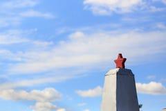 Ένα μνημείο στους στρατιώτες ενάντια στον ουρανό και τα σύννεφα Στοκ εικόνα με δικαίωμα ελεύθερης χρήσης