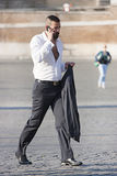 Ένα μοντέρνο άτομο που περπατά και που μιλά στο τηλέφωνο Στοκ Εικόνα