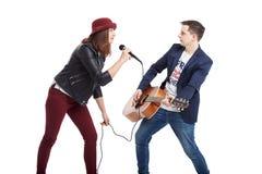 Ένα μουσικό δίδυμο μιας νεολαίας συνδέει, ένας τραγουδιστής σε ένα κόκκινο καπέλο με ένα mi Στοκ Φωτογραφίες