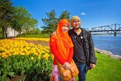 Ένα μουσουλμανικό ζεύγος στο φεστιβάλ τουλιπών της Οττάβας Στοκ εικόνα με δικαίωμα ελεύθερης χρήσης