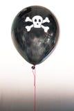Ένα μπαλόνι πειρατών με ένα κρανίο που αντιπροσωπεύει τον κίνδυνο και την πειρατεία Στοκ Φωτογραφίες