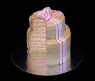 Ένα μπεζ κέικ με έναν ρόδινο αυξήθηκε Στοκ Φωτογραφίες