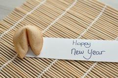 Ένα μπισκότο και μια σημείωση καλή χρονιά τύχης Στοκ φωτογραφία με δικαίωμα ελεύθερης χρήσης