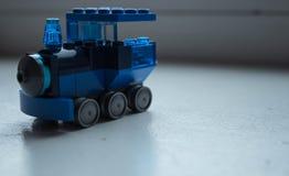 Ένα μπλε τραίνο ατμού με έναν σχεδιαστή στοκ εικόνες