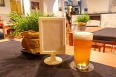 Ένα μπουκάλι μπύρας και πλήρες ποτήρι της ανοικτό πορτοκαλί juicy νόστιμης μπύρας Στοκ εικόνες με δικαίωμα ελεύθερης χρήσης