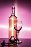 Ένα μπουκάλι του άσπρου κρασιού είναι ένα κενό γυαλί και ένα ανοιχτήρι Στοκ Φωτογραφίες