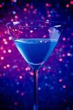 Ένα μπλε κοκτέιλ γυαλιού στο μπλε και ιώδες ελαφρύ υπόβαθρο απόχρωσης Στοκ φωτογραφίες με δικαίωμα ελεύθερης χρήσης