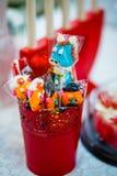 Ένα μπλε πρόσωπο lollipop και θλίψης αλόγων cuties lollipop στέκεται στο θόριο Στοκ φωτογραφία με δικαίωμα ελεύθερης χρήσης