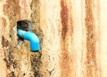 Ένα μπλε σωλήνων στον τοίχο παλαιό Στοκ Εικόνα