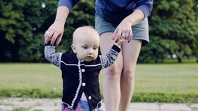 Ένα μωρό κάνει τα πρώτα βήματα απόθεμα βίντεο