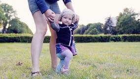 Ένα μωρό κάνει τα πρώτα βήματα φιλμ μικρού μήκους