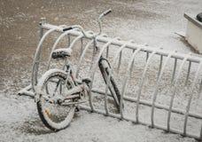 Ένα μόνο ποδήλατο που καλύπτεται με το φρέσκο χιόνι λόγω των καιρικών φαινομένων Στοκ Εικόνες