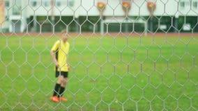 Ένα νέο αγόρι σημειώνει έναν στόχο κατά τη διάρκεια ενός βλαστού ποινικής ρήτρας έξω Πυροβοληθείς σε σε αργή κίνηση απόθεμα βίντεο
