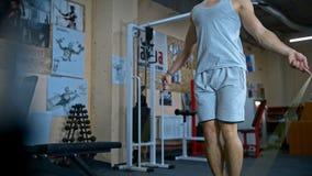 Ένα νέο αθλητικό άτομο που κάνει τη διπλή άσκηση σχοινιών άλματος unders στη γυμναστική απόθεμα βίντεο