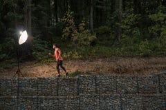Ένα νέο ενήλικο άτομο, αγριότητα, πορτρέτο ζουγκλών, αθλητικά ενδύματα, Στοκ Φωτογραφίες