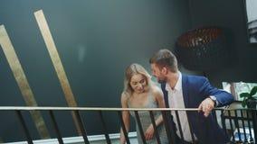 Ένα νέο ευτυχές ζεύγος που περπατά επάνω τα σκαλοπάτια φιλμ μικρού μήκους