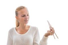 Ένα νέο ευτυχές κορίτσι με chopsticks Στοκ Φωτογραφία
