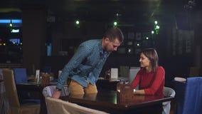 Ένα νέο ζεύγος ήρθε στο εστιατόριο κατά μια πρώτη ημερομηνία απόθεμα βίντεο