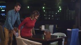 Ένα νέο ζεύγος ήρθε στο εστιατόριο κατά μια πρώτη ημερομηνία φιλμ μικρού μήκους