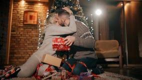 Ένα νέο ζεύγος ανοίγει τα χριστουγεννιάτικα δώρα Δώρα Χριστουγέννων Unwrapping από κοινού φιλμ μικρού μήκους