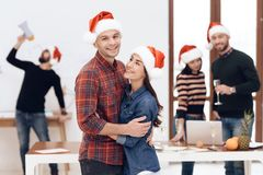 Ένα νέο ζεύγος γιορτάζει σε έναν εταιρικό εορτασμό στοκ εικόνα