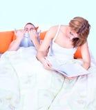Ένα νέο ζεύγος στην ανάγνωση σπορείων Στοκ Φωτογραφίες