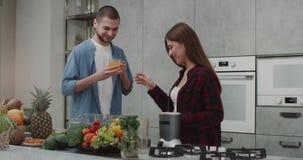 Ένα νέο ζεύγος το πρωί που πίνει την υγιή κατανάλωση κάνουν τους καταφερτζήδες και την ευτυχή δοκιμή μαζί, σε έναν σύγχρονο απόθεμα βίντεο