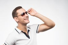 Ένα νέο θετικό άτομο στα γυαλιά ηλίου, αναμμένα από το θερμό φως του ήλιου Emotio Στοκ εικόνα με δικαίωμα ελεύθερης χρήσης