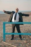 Ένα νέο κομψό άτομο είναι στην παραλία Ardea Ιταλία στοκ εικόνες