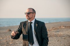Ένα νέο κομψό άτομο είναι στην παραλία Ardea Ιταλία στοκ φωτογραφία
