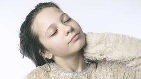 Ένα νέο κορίτσι γέρνει το κεφάλι της και δίνει την τρίχα της σε σε αργή κίνηση Κινηματογράφηση σε πρώτο πλάνο ενός όμορφου κοριτσ απόθεμα βίντεο