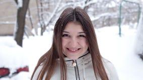 Ένα νέο κορίτσι θέτει για τη κάμερα μια κρύα χειμερινή ημέρα Κρύο χιονιού απόθεμα βίντεο