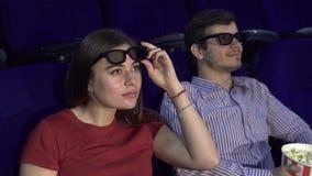Ένα νέο κορίτσι κάθεται δίπλα σε έναν τύπο και πολύ έκπληκτος για κάτι απόθεμα βίντεο