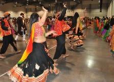 Ένα νέο κορίτσι και μια ομάδα ανθρώπων απολαμβάνουν το ινδό φεστιβάλ της φθοράς Navratri Garba παραδοσιακής καταναλώνουν στοκ εικόνες