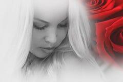 Ένα νέο κορίτσι με τα τριαντάφυλλα Στοκ Φωτογραφίες