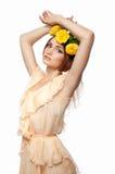 Ένα νέο κορίτσι με το στεφάνι των τριαντάφυλλων Στοκ Εικόνες