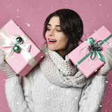 Ένα νέο κορίτσι ομορφιάς με το δώρο Χριστουγέννων στοκ εικόνα με δικαίωμα ελεύθερης χρήσης